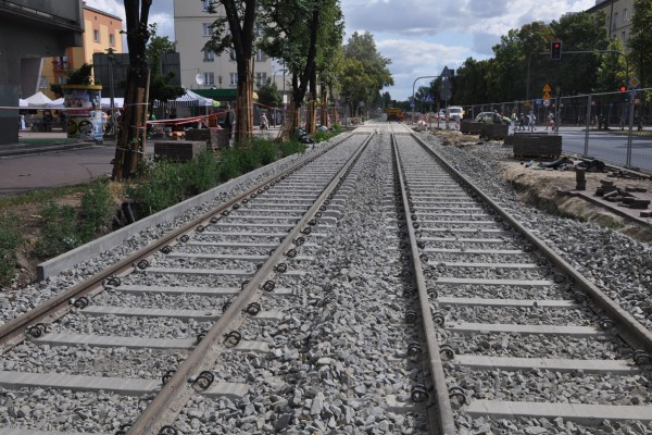 Przebudowa linii tramwajowej. Drobna wycinka drzew w al. Pokoju, a w zamian więcej nowych nasadzeń