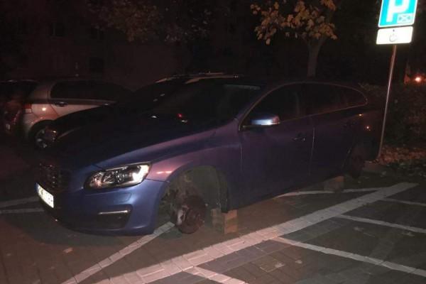 Perfidna kradzież w Częstochowie. Auto niepełnosprawnej osoby bez czterech kół
