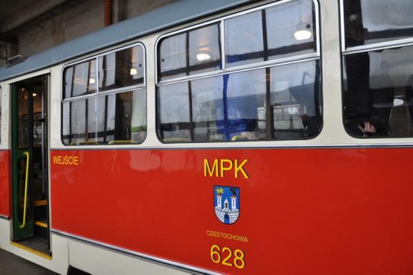 Happening w zabytkowym tramwaju z okazji Światowego Dnia Życzliwości i Pozdrowień