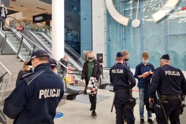 Częstochowscy policjanci sprawdzają, czy mieszkańcy noszą maseczki