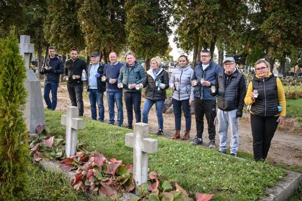 Przed Wszystkimi Świętymi. Porządkowali groby polskich żołnierzy oraz Plac Katyński