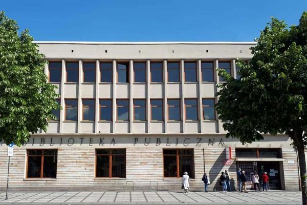 Wypożyczalnia główna Biblioteki Publicznej z nowymi meblami i książkami